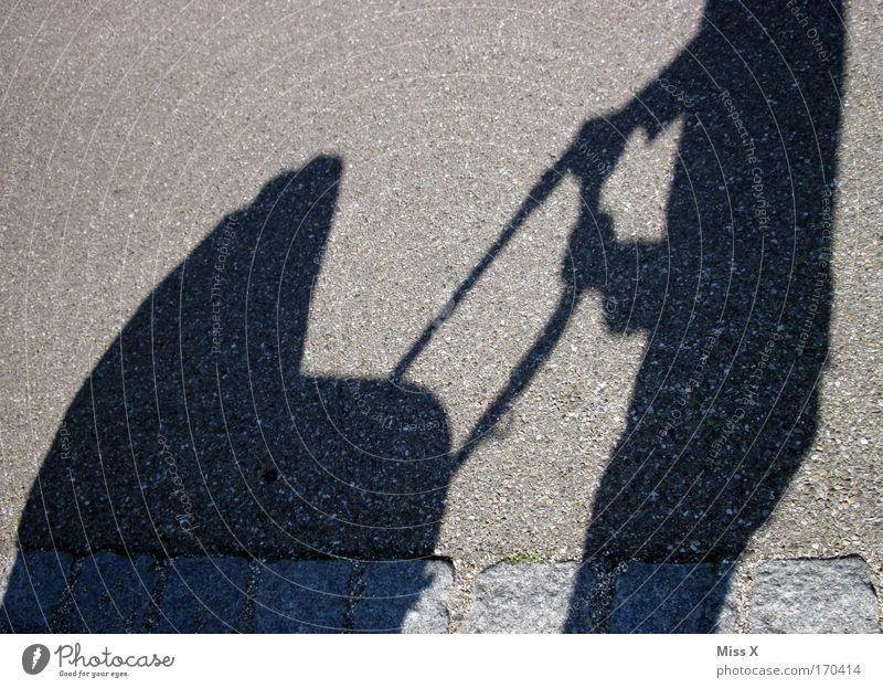 schön festhalten Außenaufnahme Tag Schatten Silhouette Sonnenlicht Eltern Erwachsene Mutter Vater Kindheit Leben 1 Mensch Fußgänger Straße Wege & Pfade gehen