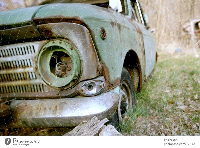ohne Licht Lampe Schrott kaputt grün Umwelt Wagen Oldtimer Rest obskur PKW dreckig Garten
