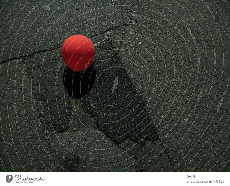 kugelwesen rot Einsamkeit schwarz Straße Traurigkeit Beton gefährlich ästhetisch Luftballon Hoffnung rund Kugel Teer Verantwortung Nachtaufnahme schaukeln