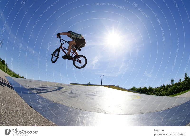 Manfred fliegt BMX. Mensch Jugendliche Freude Sport Fahrrad Erwachsene maskulin Lifestyle Coolness Freizeit & Hobby Fahrradfahren BMX Fischauge Sportpark Junger Mann 18-30 Jahre