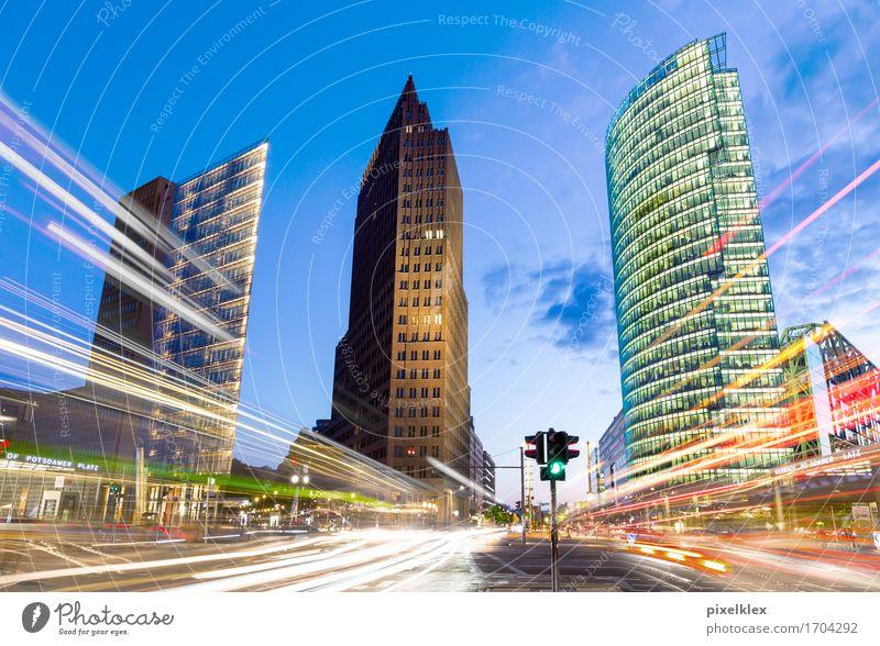 Potsdamer Platz bei Nacht mit Lichtspuren Reichtum Tourismus Sightseeing Städtereise Nachtleben ausgehen Berlin Deutschland Stadt Hauptstadt Stadtzentrum Haus