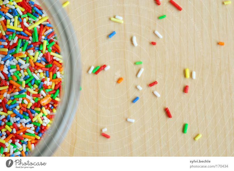 Der Ausbruch Lebensmittel Süßwaren Ernährung Schalen & Schüsseln Glas süß Streusel lecker ungesund Krümel Appetit & Hunger Tisch Holz unordentlich