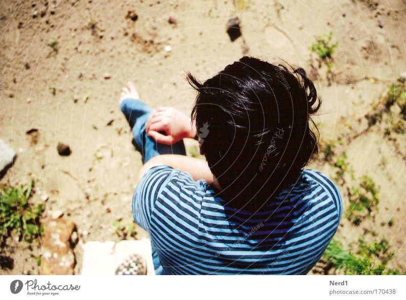 Erdboden Mann Boden Sand Haare & Frisuren oben Vogelperspektive Männerkopf gesichtslos anonym unerkannt unkenntlich Rückansicht sitzen T-Shirt gestreift