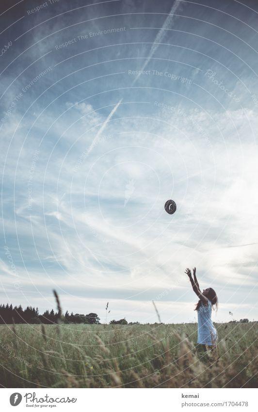 Fang den Hut Mensch Himmel Natur Jugendliche Sommer Junge Frau Landschaft Wolken Freude 18-30 Jahre Erwachsene Umwelt Leben Wiese feminin Spielen