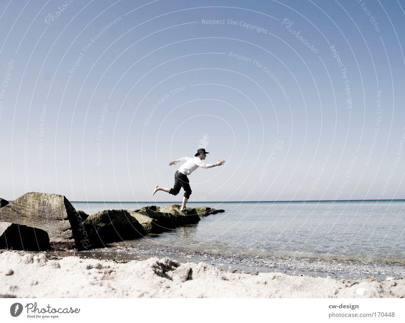 Hollywood wartet Mensch maskulin Mann Erwachsene 1 Natur Wolkenloser Himmel Sonnenlicht Frühling Sommer Schönes Wetter Küste Seeufer Strand Ostsee