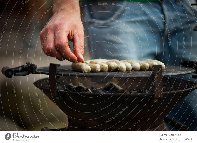 kleine Würstchen Mensch Jugendliche Mann Hand 18-30 Jahre Erwachsene Lebensmittel maskulin Ernährung lecker heiß Grillen Fleisch Wurstwaren Bratwurst