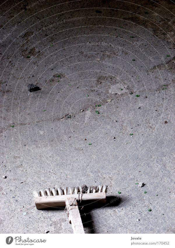 Saubermachen! alt Arbeit & Erwerbstätigkeit Spielen Holz grau Stein Wohnung kaputt authentisch Sauberkeit Umzug (Wohnungswechsel) trashig Ruine anstrengen