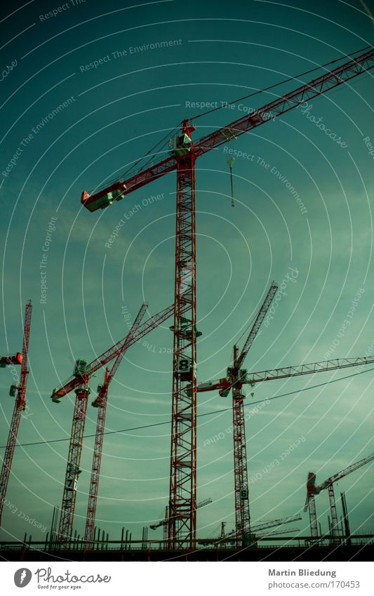 Kranlinien Himmel blau grün rot schwarz ruhig Metall Arbeit & Erwerbstätigkeit Kraft groß Wachstum Wandel & Veränderung Baustelle bedrohlich Güterverkehr & Logistik Gelassenheit
