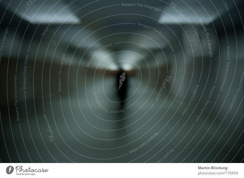Der Blockmann Mensch Mann Einsamkeit Ferne dunkel schwarz kalt Erwachsene Traurigkeit Tod Stimmung maskulin träumen Angst gefährlich Beton