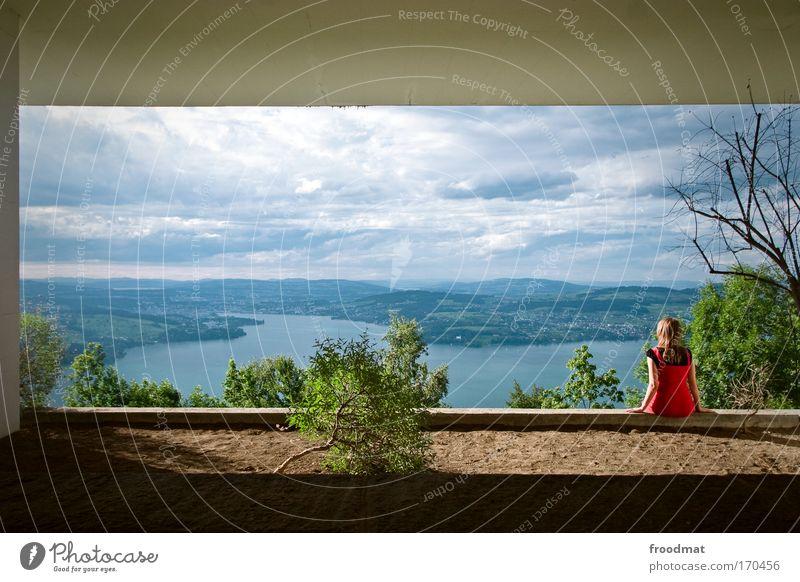 gute aussichten Frau Mensch Natur Jugendliche Wolken Erholung feminin Berge u. Gebirge träumen See Landschaft Stimmung Erwachsene Blick wandern Umwelt