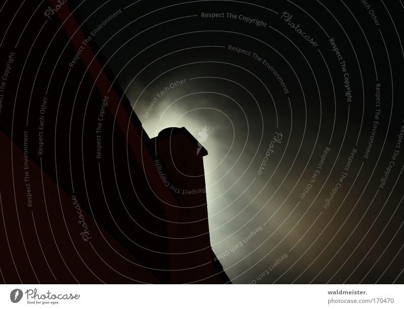 Schornstein und Mond Farbfoto Außenaufnahme Menschenleer Textfreiraum links Textfreiraum rechts Textfreiraum oben Nacht Silhouette Haus & Häuser Abgas Dach