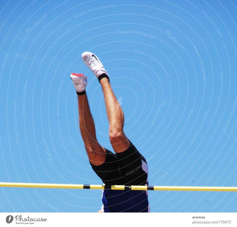 Hals über Kopf Mensch Jugendliche Himmel blau Sport springen Fuß Beine Erwachsene maskulin Erfolg Gesäß Unendlichkeit Mut Bauch Sportveranstaltung