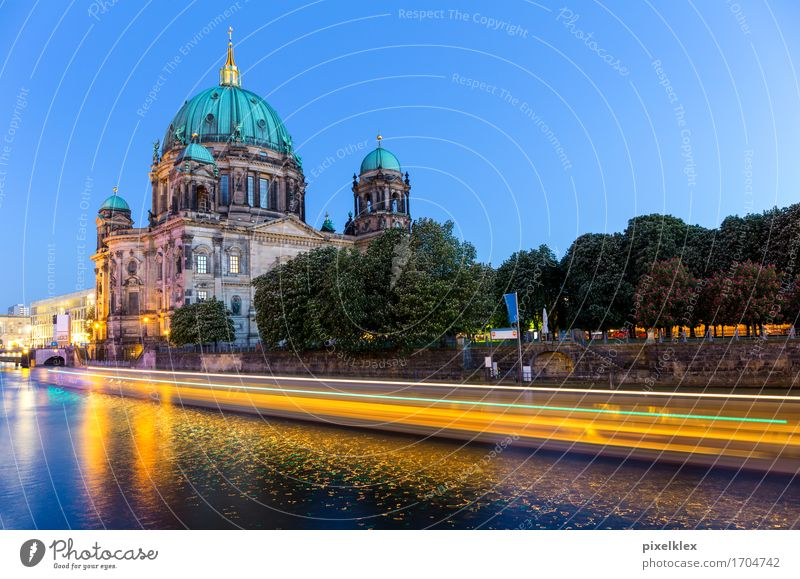 Berliner Dom mit Bootlichtspur Ferien & Urlaub & Reisen Tourismus Ausflug Sightseeing Städtereise Fluss Spree Deutschland Stadt Hauptstadt Stadtzentrum Altstadt