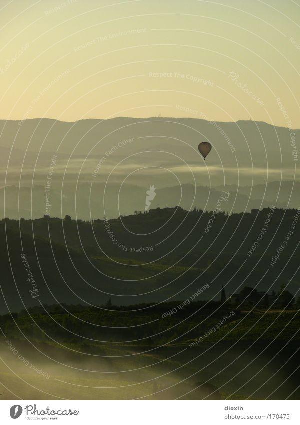 mattina in Toscana (1) Farbfoto Gedeckte Farben Außenaufnahme Menschenleer Textfreiraum oben Morgen Morgendämmerung Schatten Kontrast Silhouette Sonnenlicht
