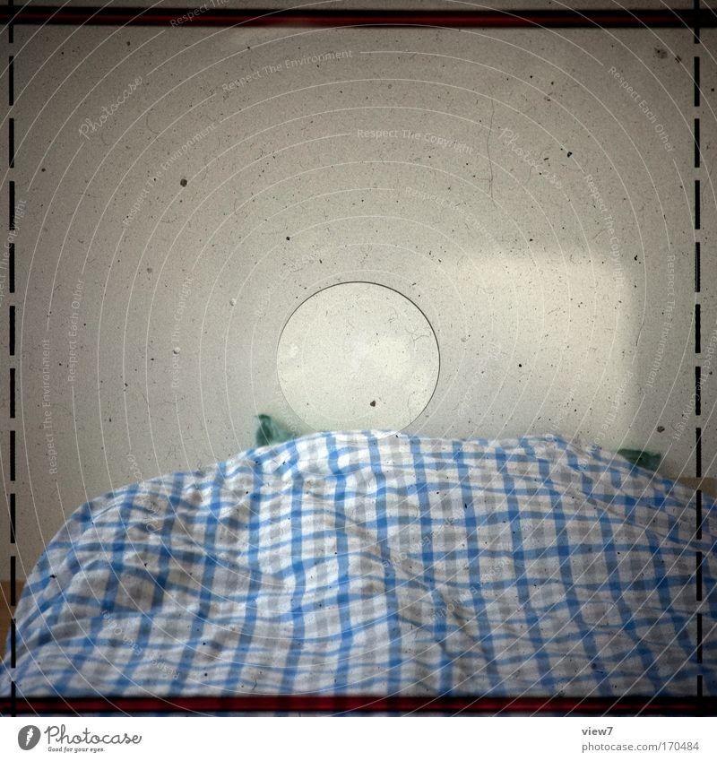 zu Bett alt blau Raum dreckig Wohnung schlafen ästhetisch retro Bett authentisch einfach Fotokamera Vertrauen Innenarchitektur Medien Neugier