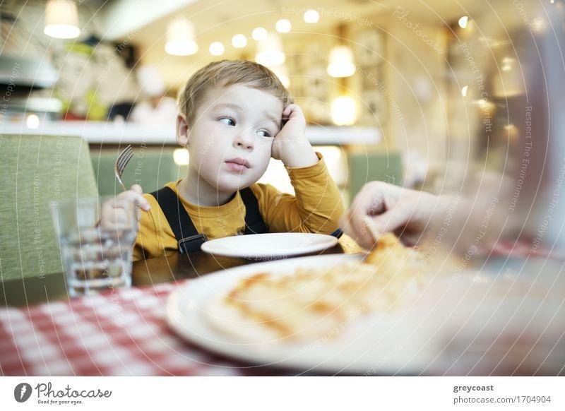 Gebohrter kleiner Junge in einem Restaurant Ernährung Essen Mittagessen Abendessen Diät Teller Gesicht Tisch Kind Mensch Mutter Erwachsene Kindheit 2 1-3 Jahre