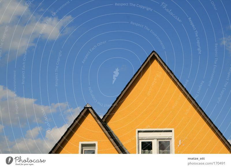 Haus mit Kind Farbfoto Außenaufnahme Textfreiraum oben Tag Sonnenlicht Blick nach vorn Häusliches Leben Hausbau Dorf Einfamilienhaus Gebäude Architektur Mauer