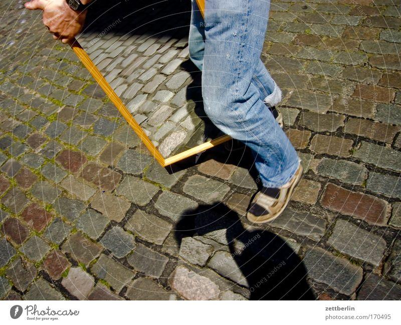 Umzug Mensch Mann Sonne Straße Schuhe Straßenverkehr Jeanshose Spiegel Umzug (Wohnungswechsel) Jeansstoff Kopfsteinpflaster Rahmen Spiegelbild tragen