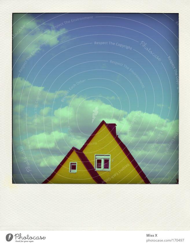 Suchbild / 10 Fehler Farbfoto mehrfarbig Außenaufnahme Haus Einfamilienhaus Mauer Wand Fassade Fenster alt Himmel Wolkenhimmel gelb Dach Dachziegel