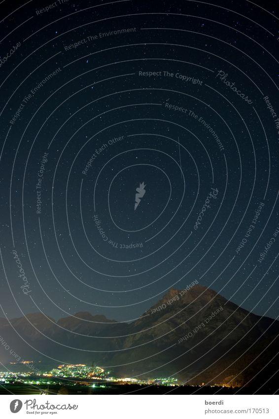nAchmittag Farbfoto Außenaufnahme Abend Dämmerung Nacht Langzeitbelichtung Starke Tiefenschärfe Weitwinkel Landschaft Hügel Alpen Berge u. Gebirge Dorf