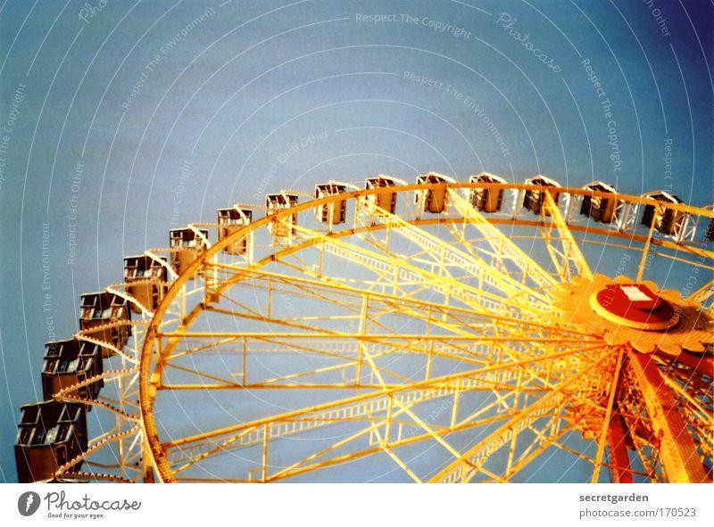 fahrschule blau rot Sommer Freude Farbe gelb oben Kindheit Angst fliegen hoch leuchten rund fahren retro Todesangst