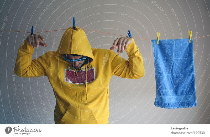 und wo hängst du so ab ? Farbfoto Innenaufnahme Blick nach unten maskulin 1 Mensch trocknen nass Haushalt Handtuch gelb Kreativität Fluß Leine Wäscheleine
