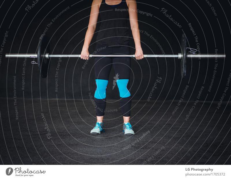 Geerntetes Bild einer crossfit Frau, die ausarbeitet. Hand schwarz Erwachsene Sport Mode Fuß Körper Kraft stehen Bekleidung Fitness stark Anschnitt Muskulatur