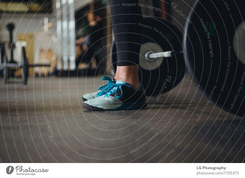 Frau blau schwarz Erwachsene Sport Mode Fuß Körper Kraft stehen Schuhe Bekleidung Fitness stark Etage Anschnitt