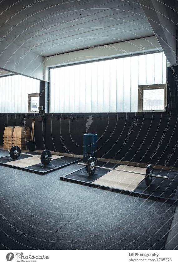 Innenaufnahme eines Gewichthebens und crossfit Turnhalle Körper Wellness Club Disco Sport Fitness stark Kraft Bar Klingel Bodybuilding Crossfit Gerät üben
