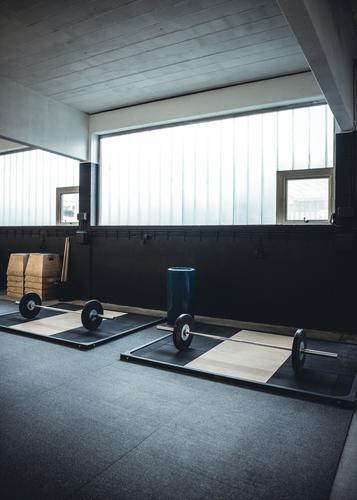 Innenaufnahme eines Gewichthebens und crossfit Turnhalle Sport Körper offen Kraft Fitness Wellness stark Etage Club Disco Muskulatur industriell schwer üben