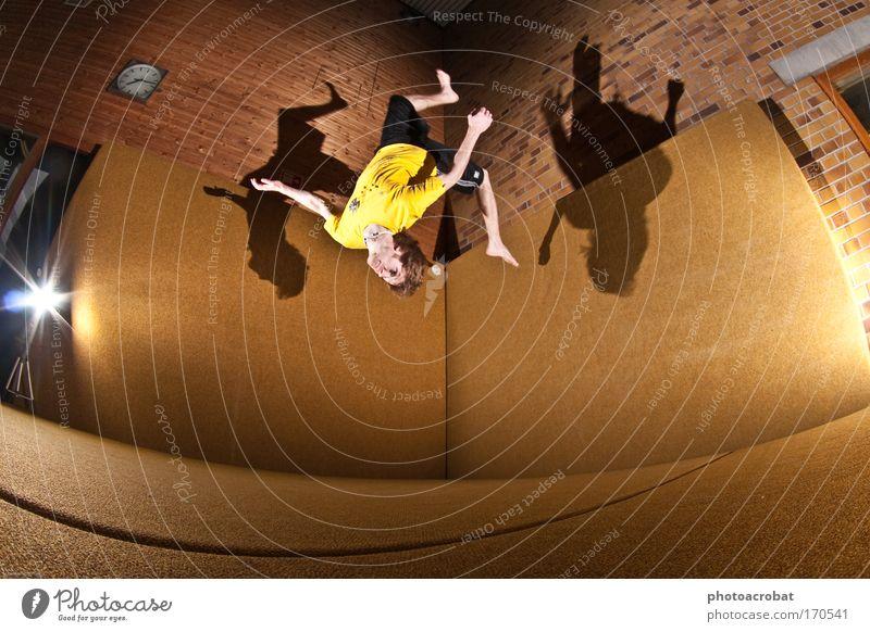 Jack in a Box - Wallflip Farbfoto Innenaufnahme Blitzlichtaufnahme Licht Schatten Fischauge Ganzkörperaufnahme Lifestyle elegant Stil Freude Sport Salto