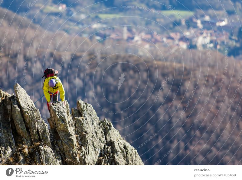 Kletterer kämpfen bis zum Gipfel eines herausfordernden Bergrückens Abenteuer Berge u. Gebirge wandern Sport Klettern Bergsteigen Seil Mensch Mann Erwachsene