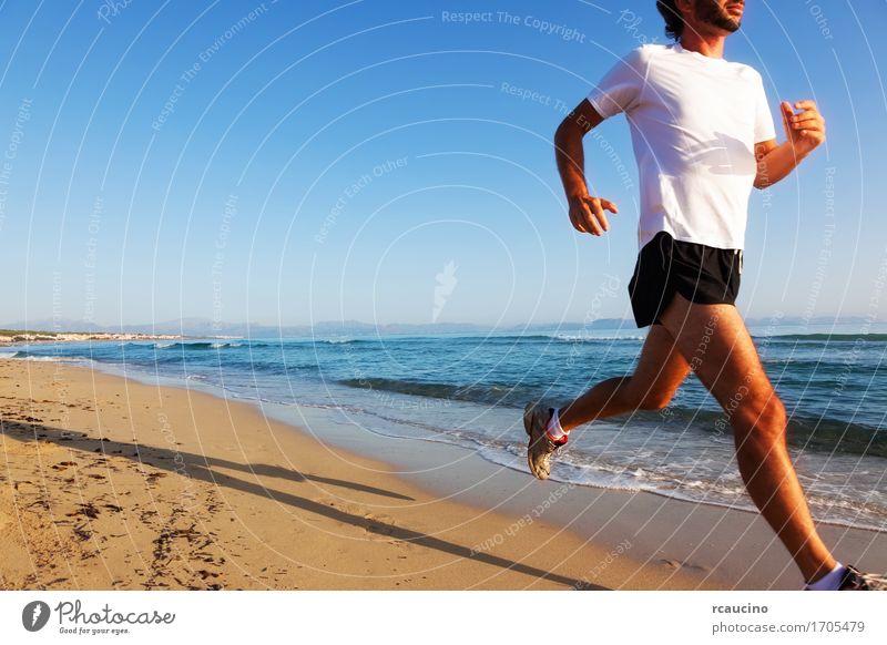 Mann, der bei Sonnenuntergang auf einem sandigen Strand an einem sonnigen Tag läuft Mensch Himmel Natur Ferien & Urlaub & Reisen blau Sommer weiß Meer Erholung