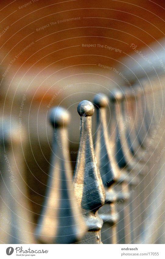einer von vielen Metall geschlossen Kugel Grenze Stahl Reihe tief Zaun Eisen Verbundenheit Fototechnik Schmiede