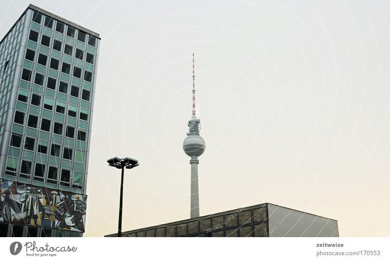 entschleunige bitte! Farbfoto Außenaufnahme Menschenleer Textfreiraum rechts Hintergrund neutral Dämmerung Weitwinkel Sightseeing Städtereise Wolkenloser Himmel