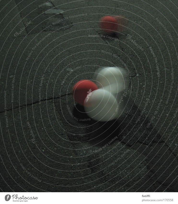 kugelwesen2 weiß rot schwarz Straße Stein Tanzen frei Beton gefährlich Luftballon rund Kugel Lebensfreude Teer Gummi hüpfen
