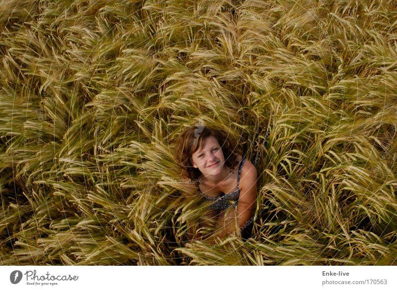Das Kornbad Außenaufnahme Textfreiraum oben Sonnenlicht Vogelperspektive Blick in die Kamera Getreide Glück Erneuerbare Energie Junge Frau Jugendliche Kopf