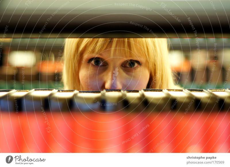 Studentin blickt durch Bücherregal Junge Frau Studium Bibliothek lesen Wissenschaften lernen Mensch Universität Jugendliche Erwachsene 1 18-30 Jahre Printmedien