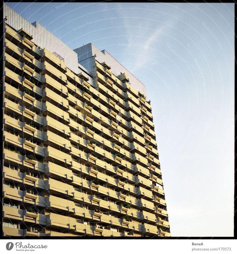 Beton Stadt Stadtrand überbevölkert Haus Hochhaus Bauwerk Gebäude Architektur Fassade Balkon alt groß hässlich hoch viele blau gelb grau