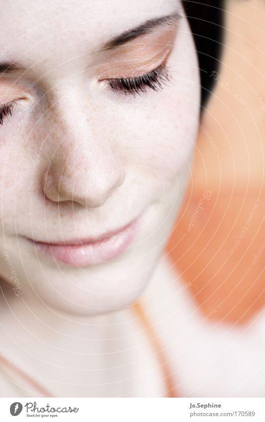 inside me Junge Frau Jugendliche Erwachsene geschlossene Augen Lächeln Sommersprossen Entspannung Meditation Erholung träumen Zufriedenheit Wohlgefühl