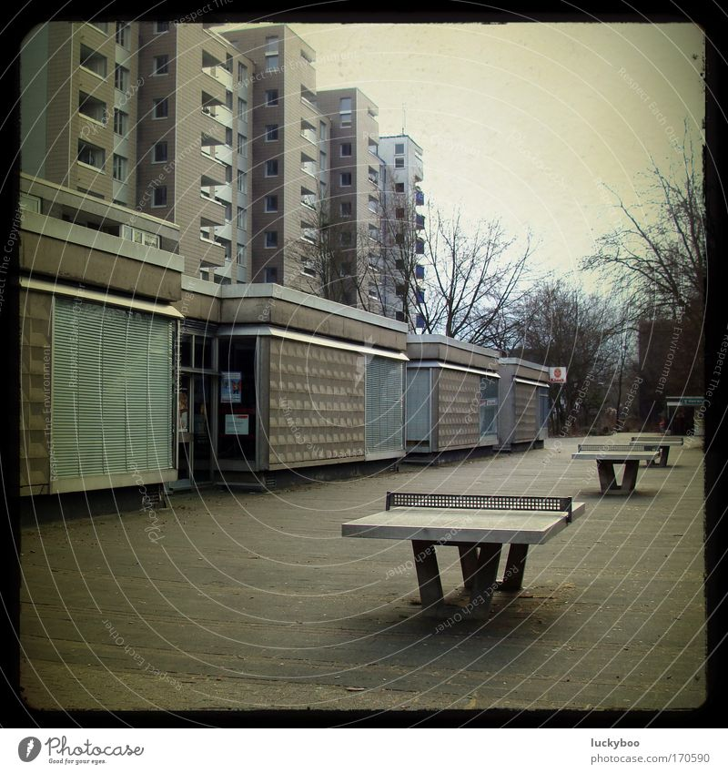 Halle (Neustadt)? Frankfurt (Oder)? Köln (Neubrück)? Stadt Haus Einsamkeit dunkel kalt grau Gebäude Wohnung Armut Beton Hochhaus Platz retro trist