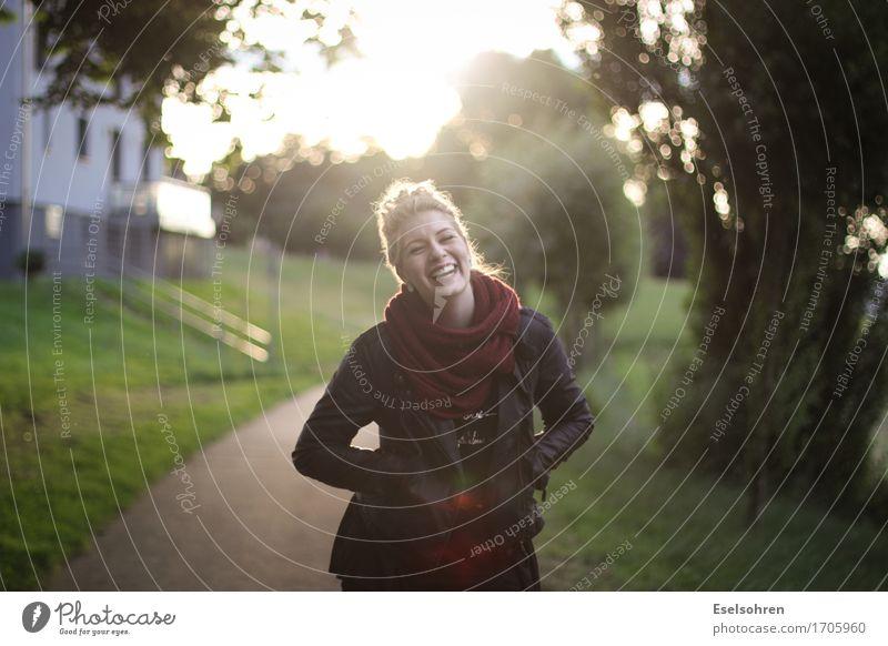 Zwei Mensch Frau Jugendliche schön Junge Frau Freude 18-30 Jahre Erwachsene Wege & Pfade lustig feminin lachen Park leuchten frei blond