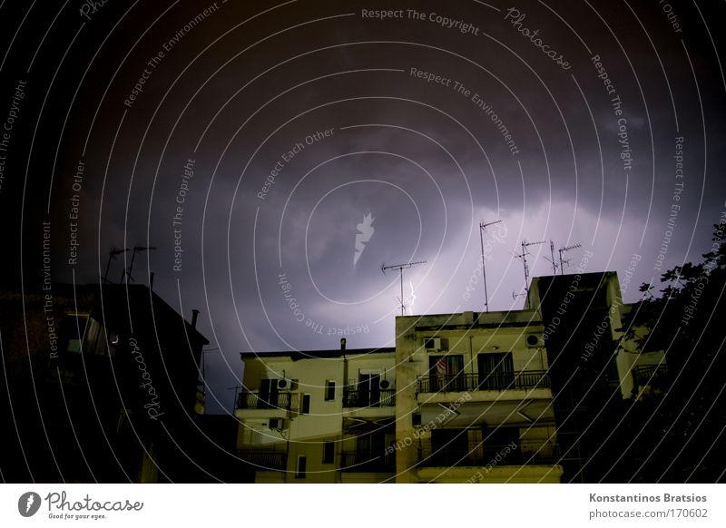 Thunderbolt Haus dunkel Fenster Angst bedrohlich Blitze Nacht Balkon Gewitter Unwetter Überraschung Antenne schlechtes Wetter Donnern Gewitterwolken Flachdach
