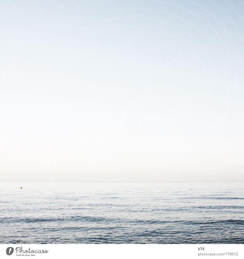 buoy Farbfoto gedeckte Farben Außenaufnahme Tag Tageslicht Landschaft Wasser Himmel Meer frei glänzend hell schön Freiheit Horizont kalt ruhig Umwelt Ferne