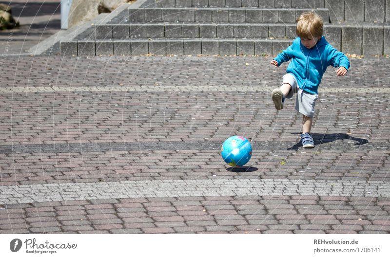 schuss Mensch Kind blau Freude Bewegung Sport Junge Spielen Glück klein maskulin Kraft Kindheit Erfolg Beginn Platz