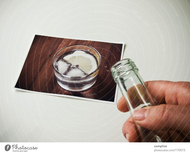 Erfrischung Farbfoto Gedeckte Farben Getränk trinken Erfrischungsgetränk Trinkwasser Glas Gesundheit Hand 1 Mensch Mineralwasser Wasserglas Männerhand