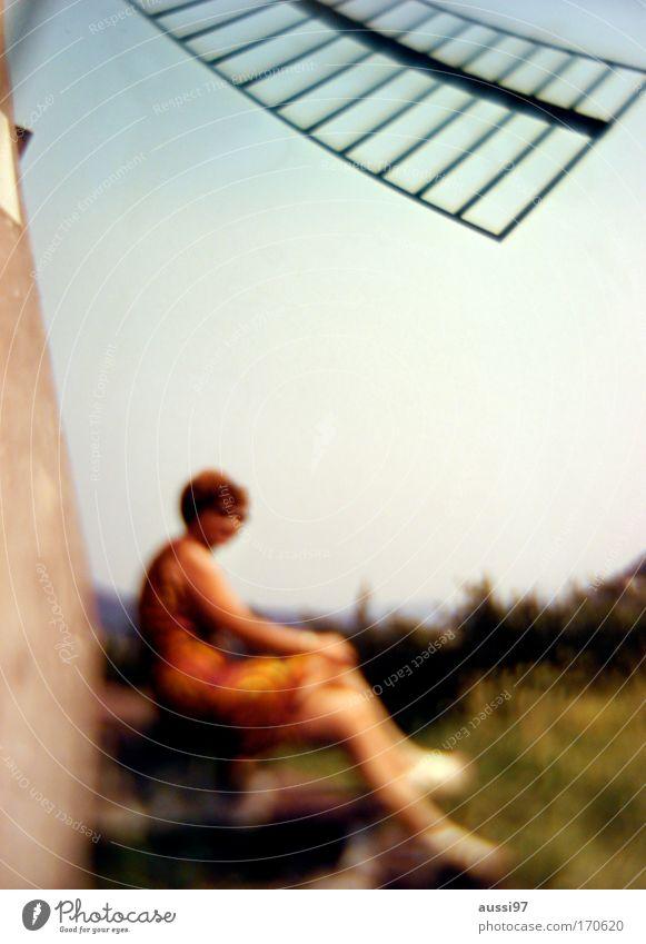 Look sharp! Frau Mensch Freude Erwachsene feminin Leben Zufriedenheit Ausflug Fröhlichkeit Reisefotografie Rock Surrealismus Junge Frau Frühlingsgefühle Windmühle Mühle