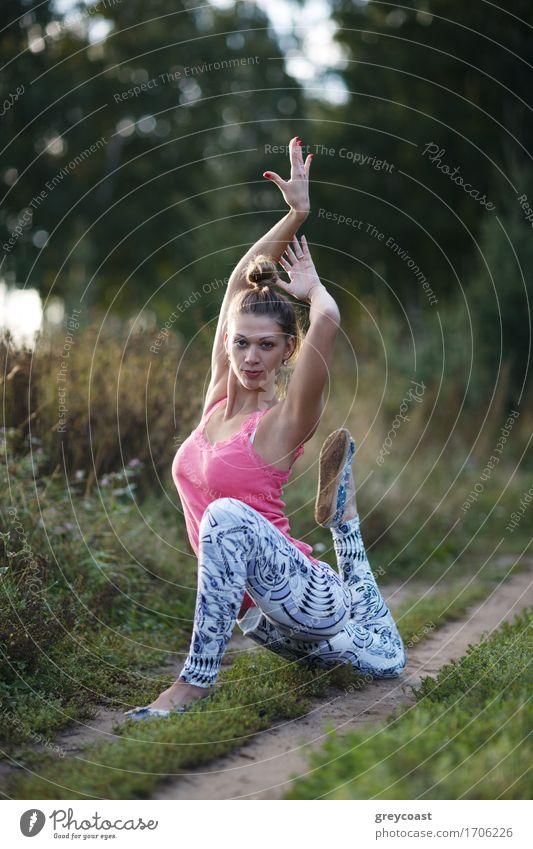 Geschmeidige würdevolle junge Frau, die draußen trainiert Mensch Jugendliche schön Junge Frau weiß Landschaft Erholung Mädchen 18-30 Jahre Erwachsene Sport