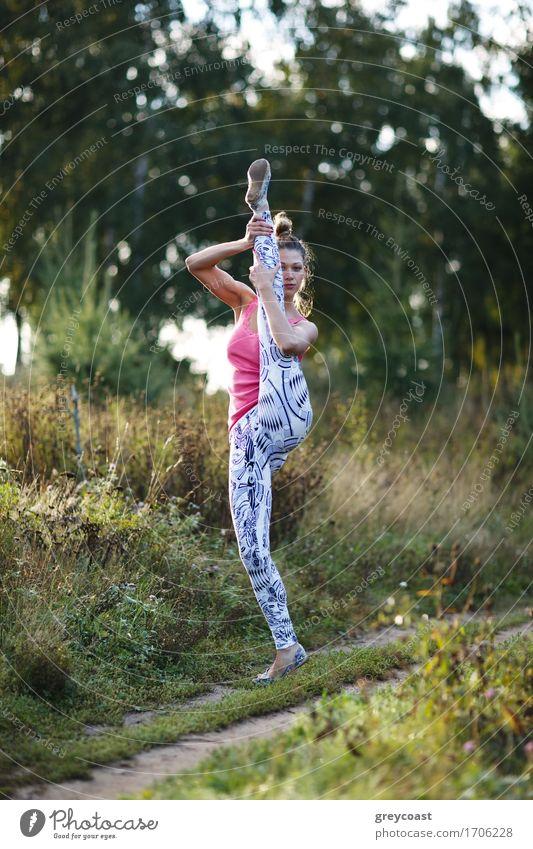 Athletische junge Frau, die im Land ausarbeitet Mensch Jugendliche Junge Frau Landschaft Mädchen 18-30 Jahre Erwachsene Sport blond Fitness sportlich langhaarig