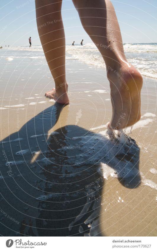 Nordsee Mensch Jugendliche Wasser Sonne Sommer Strand Ferien & Urlaub & Reisen ruhig Erholung feminin Bewegung Fuß Sand Beine Zufriedenheit Wellen